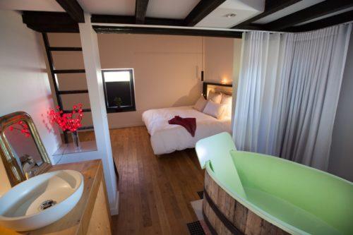 Le coin de la salle de bain de la chambre Coup de Foudre de l'hôtel restaurant de l'Alouette