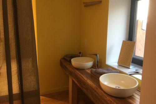 Le coin de la salle de bain de la chambre Likado de l'hôtel restaurant de l'Alouette
