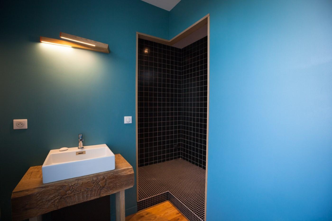 Le coin de la salle de bain de la chambre Même pas Malle de l'hôtel restaurant de l'Alouette
