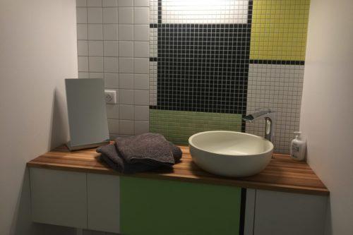 Le coin de la salle de bain de la chambre Mondrian de l'hôtel restaurant de l'Alouette