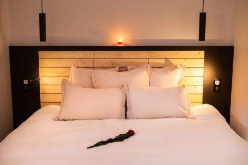 Le lit double de la chambre Coup de Foudre de l'hôtel restaurant de l'Alouette