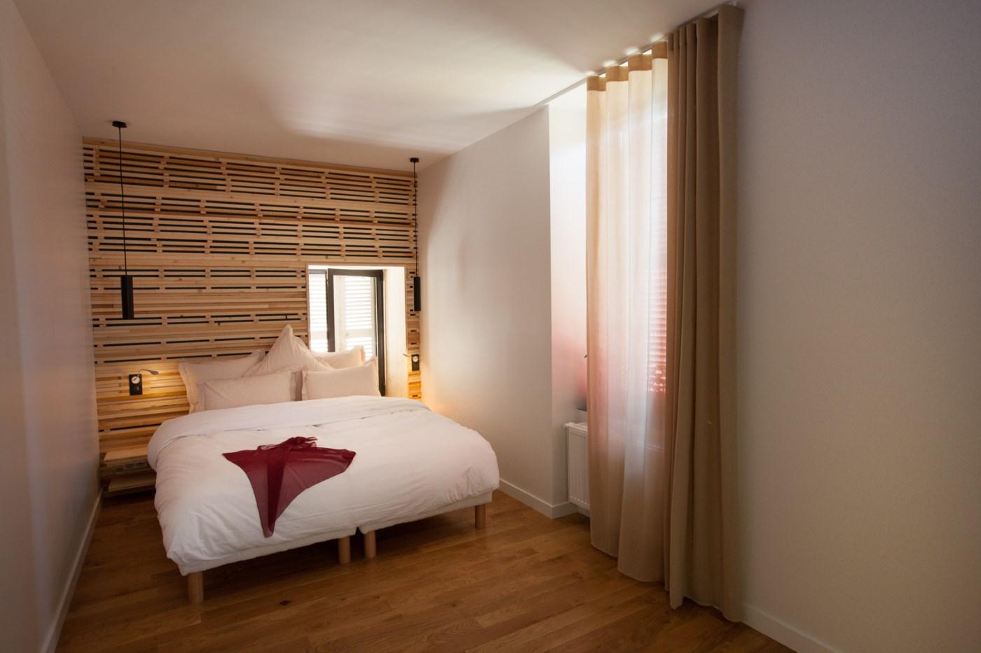 Le lit double de la chambre Même pas Malle de l'hôtel restaurant de l'Alouette