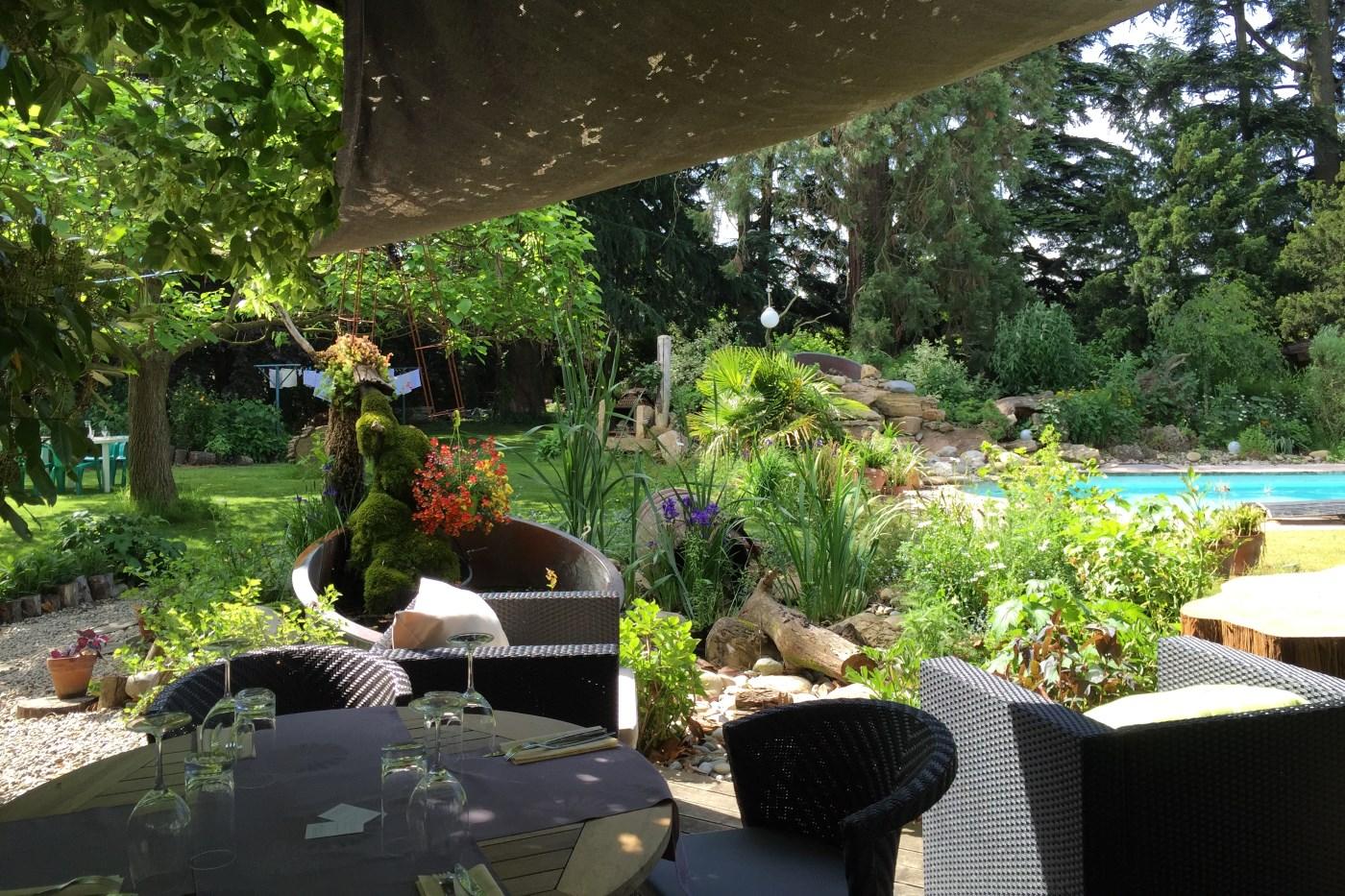 Terrasse ombragée parc hôtel restaurant Alouette
